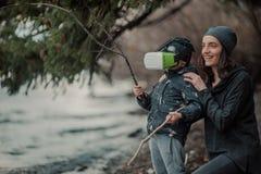 Niños en vidrios de la realidad virtual fotografía de archivo libre de regalías