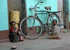 Niños en Zanzíbar cerca de una bicicleta Imágenes de archivo libres de regalías