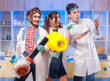 Niños expresivos en clase de química Imagen de archivo libre de regalías