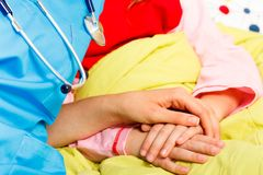 Niños favorables con enfermedades serias Imágenes de archivo libres de regalías