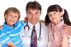 Niños felices con el doctor Foto de archivo