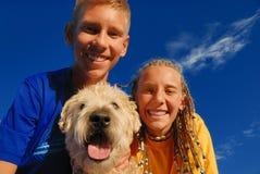 Niños felices con el perro Fotografía de archivo libre de regalías