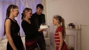 Niños felices con la torta de cumpleaños almacen de video