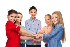 Niños felices con las manos en el top Fotografía de archivo