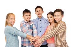 Niños felices con las manos en el top Fotos de archivo