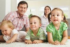 Niños felices con los padres Imagen de archivo