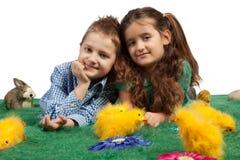 Niños felices con los polluelos de Pascua fotos de archivo