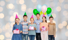 Niños felices con los regalos en fiesta de cumpleaños Fotos de archivo libres de regalías