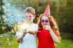 Niños felices con tostador de palomitas de maíz del partido con confeti Invitat creativo Foto de archivo libre de regalías