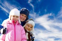 Niños felices contra el cielo Imágenes de archivo libres de regalías