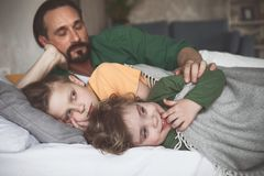 Niños felices de abarcamiento del padre sereno Imágenes de archivo libres de regalías