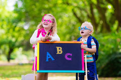 Niños felices de estar de nuevo a escuela Imagen de archivo