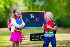 Niños felices de estar de nuevo a escuela Foto de archivo