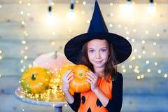 Niños felices de la bruja durante el partido de Halloween Fotografía de archivo libre de regalías