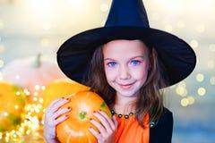 Niños felices de la bruja durante el partido de Halloween Fotografía de archivo