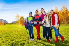 Niños felices de la escuela en parque Fotografía de archivo