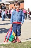 Niños felices delante de la escuela Imagen de archivo