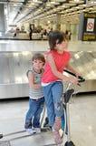 Niños felices en aeropuerto Imagen de archivo libre de regalías