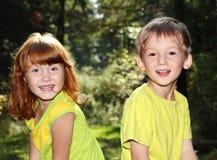 Niños felices en bosque Imagenes de archivo
