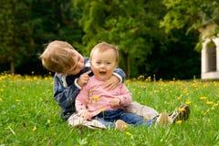 Niños felices en campo imágenes de archivo libres de regalías
