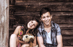 Niños felices en el pórtico de la casa Fotografía de archivo libre de regalías