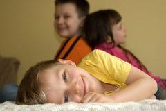 Niños felices en el país Foto de archivo libre de regalías