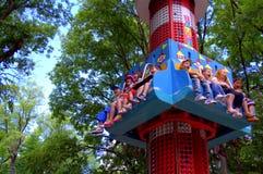 Niños felices en el parque de atracciones Imagen de archivo