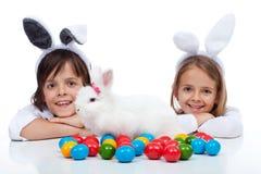 Niños felices en el tiempo de pascua Imágenes de archivo libres de regalías