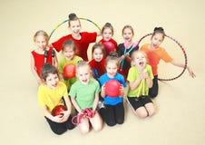 Niños felices en gimnasio Fotografía de archivo libre de regalías