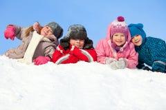 Niños felices en invierno fotos de archivo libres de regalías