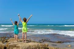 Niños felices en la playa del océano Fotos de archivo libres de regalías
