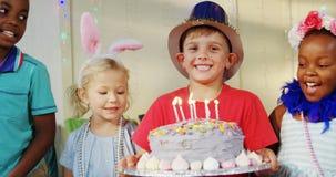 Niños felices en la tabla durante la fiesta de cumpleaños 4k almacen de metraje de vídeo
