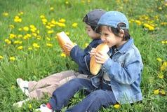 Niños felices en naturaleza Imagenes de archivo