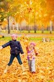 Niños felices en parque del otoño Imagen de archivo