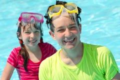 Niños felices en piscina Fotos de archivo