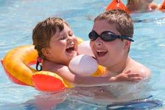 Niños felices en piscina Foto de archivo libre de regalías