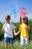 Niños felices en prado Imagenes de archivo
