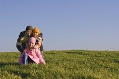 Niños felices en un campo verde Fotos de archivo