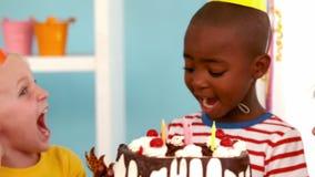 Niños felices en una fiesta de cumpleaños almacen de video