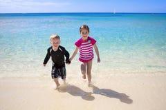 Niños felices en vacaciones de la playa Fotografía de archivo