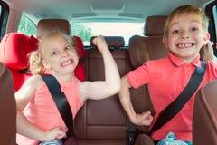 Niños felices, muchacha adorable con su hermano que se sienta junto en m fotografía de archivo libre de regalías