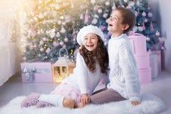 Niños felices muchacha y la Navidad que espera del muchacho para, vacaciones de invierno Fotos de archivo libres de regalías
