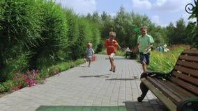 Niños felices que corren en el parque almacen de video