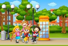 Niños felices que corren y que ríen en el parque de la ciudad ilustración del vector