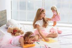 Niños felices que crean imágenes en casa fotos de archivo