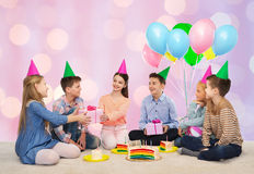 Niños felices que dan presentes en la fiesta de cumpleaños Fotografía de archivo libre de regalías