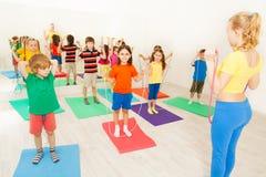 Niños felices que ejercitan con la cuerda de salto en gimnasio fotografía de archivo libre de regalías