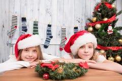 Niños felices que esperan la celebración del Año Nuevo y de la Navidad Imágenes de archivo libres de regalías