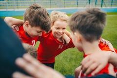 Ni?os felices que hacen deporte Grupo de muchachos felices que hacen el grupo de los deportes foto de archivo libre de regalías