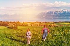 Niños felices que juegan afuera Foto de archivo libre de regalías
